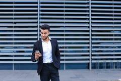 年轻阿拉伯人使用流动聪明的电话商业中心 免版税库存图片