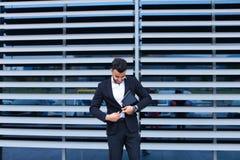 年轻阿拉伯人在事务使用片剂网上命令购物 免版税库存照片
