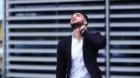 年轻阿拉伯人在商业中心显示疲倦的脖子痛 股票录像