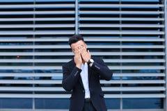 年轻阿拉伯人在商业中心显示疲倦的脖子痛 免版税库存照片