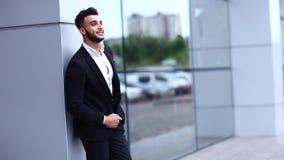 阿拉伯人在商业中心站立微笑的看在照相机 影视素材