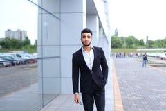 阿拉伯人在商业中心站立微笑的走慢 库存图片