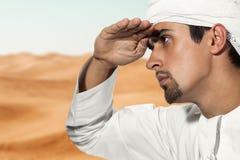 年轻阿拉伯人在沙漠 免版税库存照片