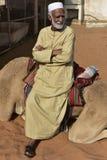 阿拉伯人坐他的独峰驼 免版税图库摄影