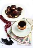 阿拉伯人小珠咖啡日期货币忧虑 库存照片