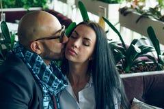 阿拉伯人拥抱并且亲吻一个美丽的女孩 库存照片