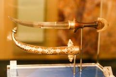 阿拉伯人用匕首刺古老古董-沙扎博物馆 库存图片