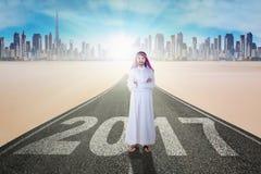 阿拉伯企业家横渡了在路的手与2017年 库存图片