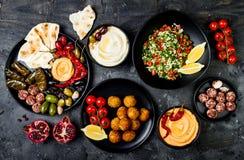 阿拉伯传统烹调 有皮塔饼的,橄榄, hummus中东meze盛肉盘,充塞了dolma, labneh乳酪球,沙拉三明治 免版税库存图片