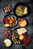 阿拉伯传统烹调 有皮塔饼的,橄榄, hummus中东meze盛肉盘,充塞了dolma, labneh乳酪球,沙拉三明治 库存图片