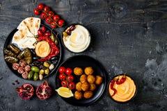 阿拉伯传统烹调 有皮塔饼的,橄榄, hummus中东meze盛肉盘,充塞了dolma, labneh乳酪球,沙拉三明治 免版税图库摄影