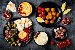 阿拉伯传统烹调 有皮塔饼的,橄榄, hummus中东meze盛肉盘,充塞了dolma, labneh乳酪球,沙拉三明治 库存照片