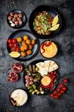 阿拉伯传统烹调 有皮塔饼的,橄榄, hummus中东meze盛肉盘,充塞了dolma, labneh乳酪球,沙拉三明治 图库摄影