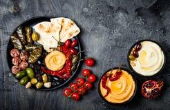 阿拉伯传统烹调 有皮塔饼的,橄榄, hummus中东meze盛肉盘,充塞了dolma, labneh在香料的乳酪球 免版税图库摄影