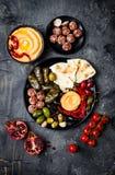 阿拉伯传统烹调 有皮塔饼的,橄榄, hummus中东meze盛肉盘,充塞了dolma, labneh在香料的乳酪球 库存图片