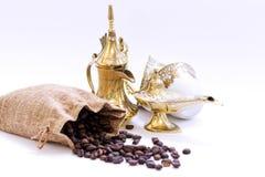 阿拉伯传统盘、咖啡、罐和日期果子 E ramadan的kareem 库存照片