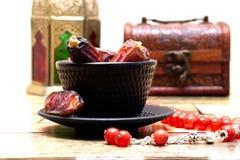 阿拉伯传统盘、罐和日期果子 E ramadan的kareem 免版税库存照片