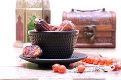 阿拉伯传统盘、罐和日期果子 E ramadan的kareem 库存照片
