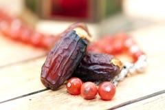 阿拉伯传统盘、罐和日期果子 E ramadan的kareem 免版税库存图片