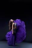 阿拉伯半岛舞蹈演员织品飞行摆在 免版税库存照片