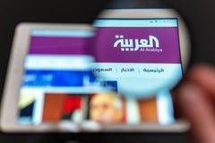 阿拉伯卫星电视台新闻频道商标可看见通过放大镜 库存图片