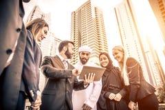 阿拉伯和西部商人 免版税库存照片