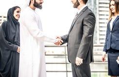 阿拉伯和西部商人 图库摄影