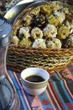阿拉伯咖啡与日期 免版税图库摄影