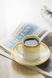 阿拉伯咖啡和报纸 库存图片