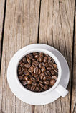 阿拉伯咖啡在木背景的咖啡豆的图象 库存图片