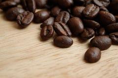 阿拉伯咖啡豆咖啡对的日起始时间 免版税库存图片