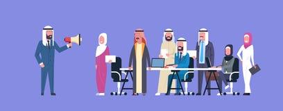 阿拉伯商人上司举行扩音机做公告同事回教商人队小组会议 免版税库存照片