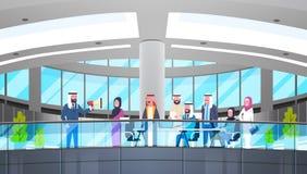 阿拉伯商人上司举行扩音机在现代做公告同事回教商人队小组会议 图库摄影