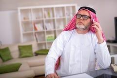 阿拉伯商人在他的家庭办公室 库存照片