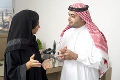 阿拉伯商人有与一名阿拉伯女实业家的一次讨论在办公室 库存图片
