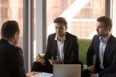 阿拉伯商人谈话在小组聚会令人相信的客户许诺的好处 免版税库存照片