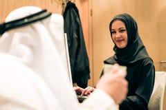 阿拉伯夫妇在家 免版税库存照片