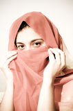 阿拉伯女孩秘密微笑 免版税图库摄影