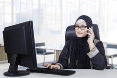 阿拉伯女工在办公室工作 免版税库存照片