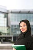 阿拉伯妇女传统穿戴,在大厦前面 免版税库存照片