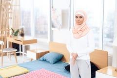 阿拉伯妇女在卧室支持床 库存照片