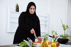 阿拉伯妇女在厨房里 免版税库存图片