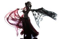 阿拉伯妇女肚皮舞表演者跳舞剪影 库存照片