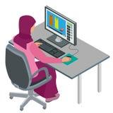 阿拉伯妇女,回教妇女,工作在有计算机的办公室的亚裔妇女 可爱的女性阿拉伯公司工作者 向量 免版税库存照片