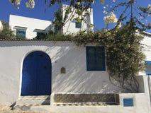 阿拉伯房子的典型的门面在西迪布赛义德,白色和蓝色市 免版税库存图片