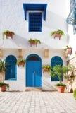 阿拉伯房子的前面部分有蓝色门和窗口的 库存图片