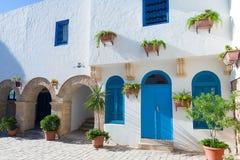 阿拉伯房子的前面部分有蓝色门和窗口的 免版税库存照片