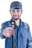 阿拉伯技工给一辆关键汽车 库存照片