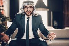 阿拉伯投掷接近的照片他的手 库存图片