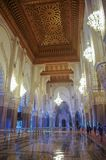 阿拉伯曲拱和装饰品在哈桑二世mos内部 库存图片